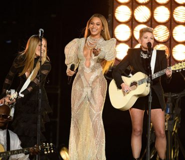 """Beyoncé & the Dixie Chicks Perform """"Daddy Lessons"""" at the CMA Awards [VIDEO]"""